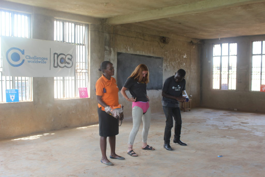 Health Impact Day Uganda: Showign how the pad works